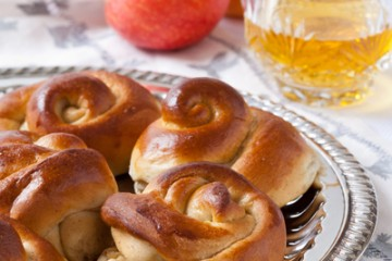 Delicious apple honey challah rolls are perfect for Rosh Hashanah or any day of the year.